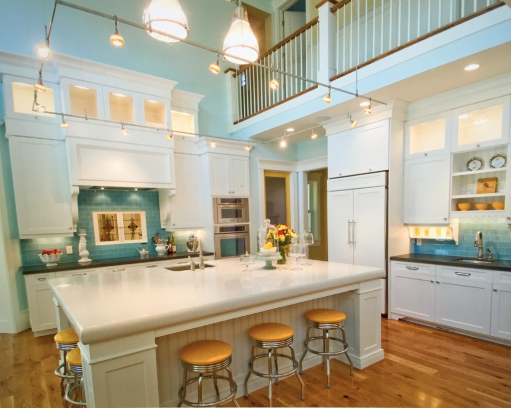 Clearly, I'm never going to have this kitchen, but let's look at what I can get from it. I love the color combinations, and I can have that. I've had barstools very similar to these before. Maybe the tile is a possibility, even in a tiny space.
